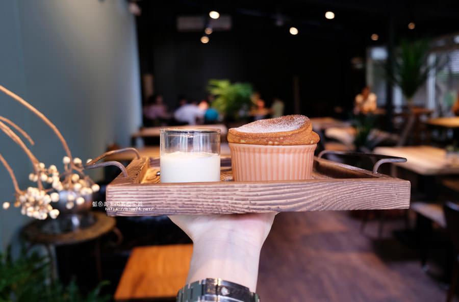 20180718014859 52 - 斐得蔬食│國美館商圈美食,用餐區讓人喜愛的木質調和綠意