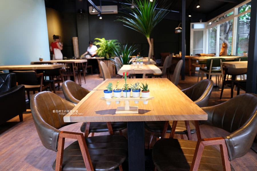 20180718014900 49 - 斐得蔬食│國美館商圈美食,用餐區讓人喜愛的木質調和綠意