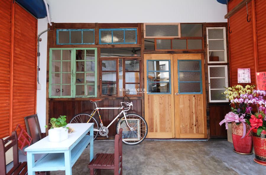 台中大甲│野人小築-大甲老屋咖啡館,舊漫畫老歌懷舊氛圍還有歷史中藥櫃