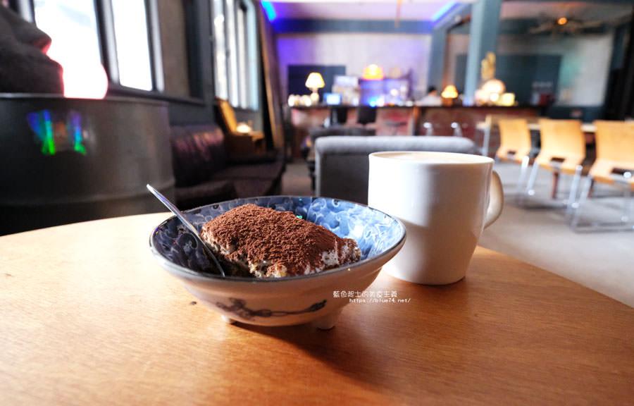 台中東區│洞穴-台中火車站商圈巷弄隱密二樓咖啡館
