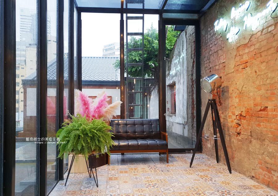 20180828012511 4 - 堅果小巷│唯美玻璃屋、老屋改造彩繪牆面新空間,好堅果咖啡新作