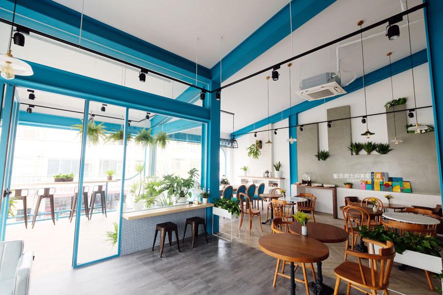 20190120124912 4 - 日青咖啡│網美咖啡館,藍白色系清新外觀,加分IG拍照打卡彩繪牆