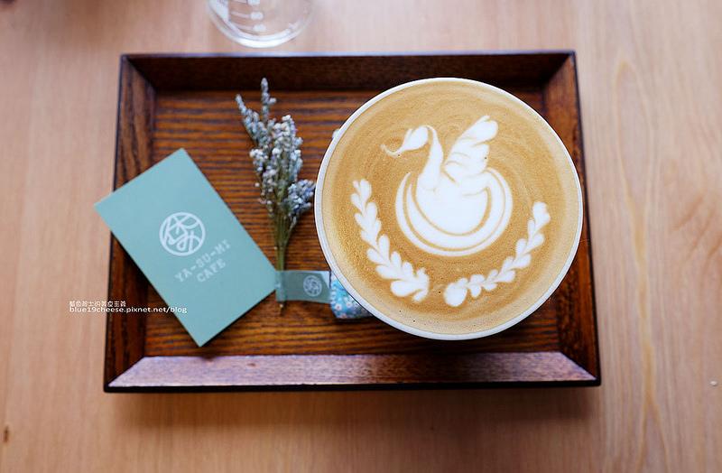 【台中南區】Yasumi cafe-城市中一處休憩咖啡館.綠意乾燥花.帶點日式元素.咖啡好喝.鬆餅酥香好吃.休みYA-SU-MI.台中南區推薦咖啡