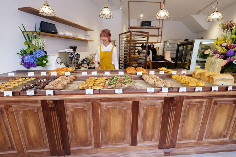 台中豐原│順道パン-Yorimichi順道菓子店最新力作,麵包甜點和蛋糕,二樓木質調用餐區好拍又舒適
