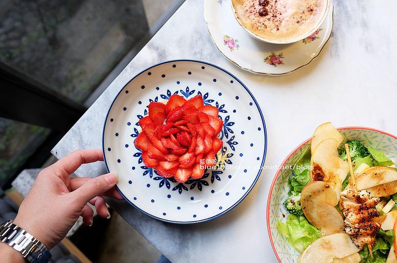 【台中西區】A La maison-台中隱藏巷弄美食餐廳,人氣甜點如盛開花朵的草莓塔,IG打卡熱點,早午餐法國菜三明治,向上市場附近