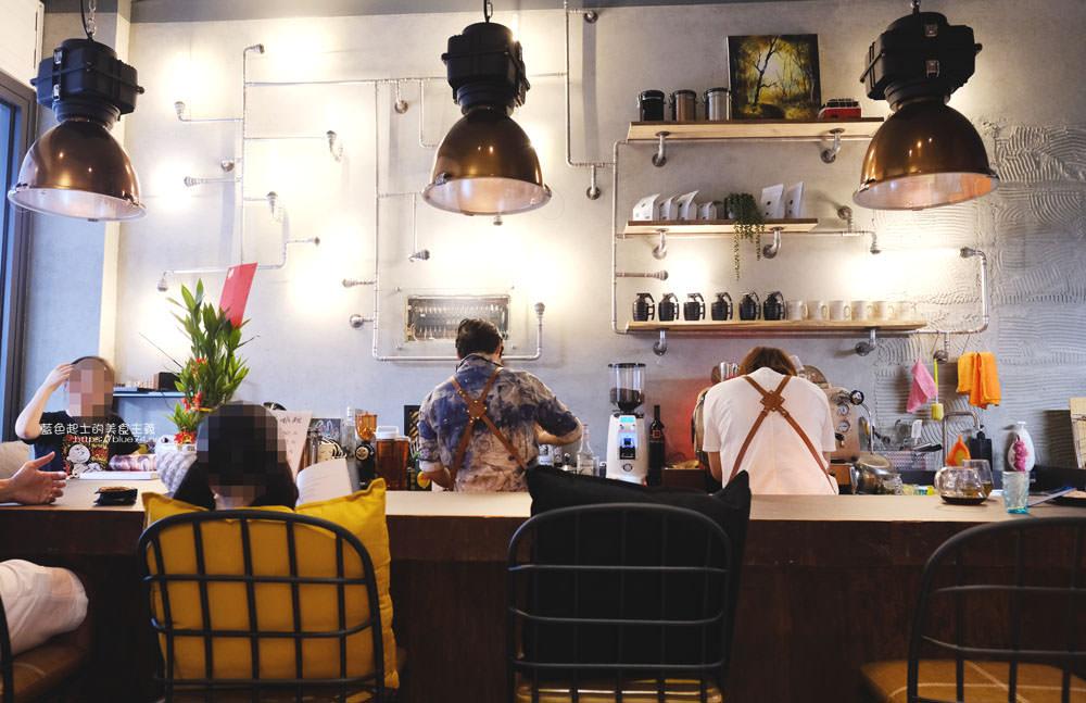 台中北屯│丰邑嗑啡館-工業風裝潢,一個禮拜只營業三天,可以邊喝咖啡邊欣賞老闆娘的畫作