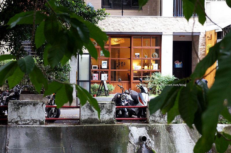 【台中南區咖啡】一本書店-一平方英寸的寂靜,享受自己的靜謐,屬於我文青的午茶