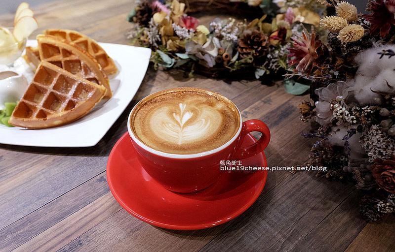 【台中西屯】Frini Cafe-乾燥花咖啡館結合簡約工業風,早上就吃的到鬆餅,喝的到咖啡,近澄清醫院,中港新城公車站旁,中科商圈