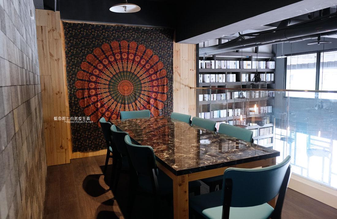 20200913012012 52 - 彩色曼陀羅咖啡|環境不錯,打卡書牆好拍