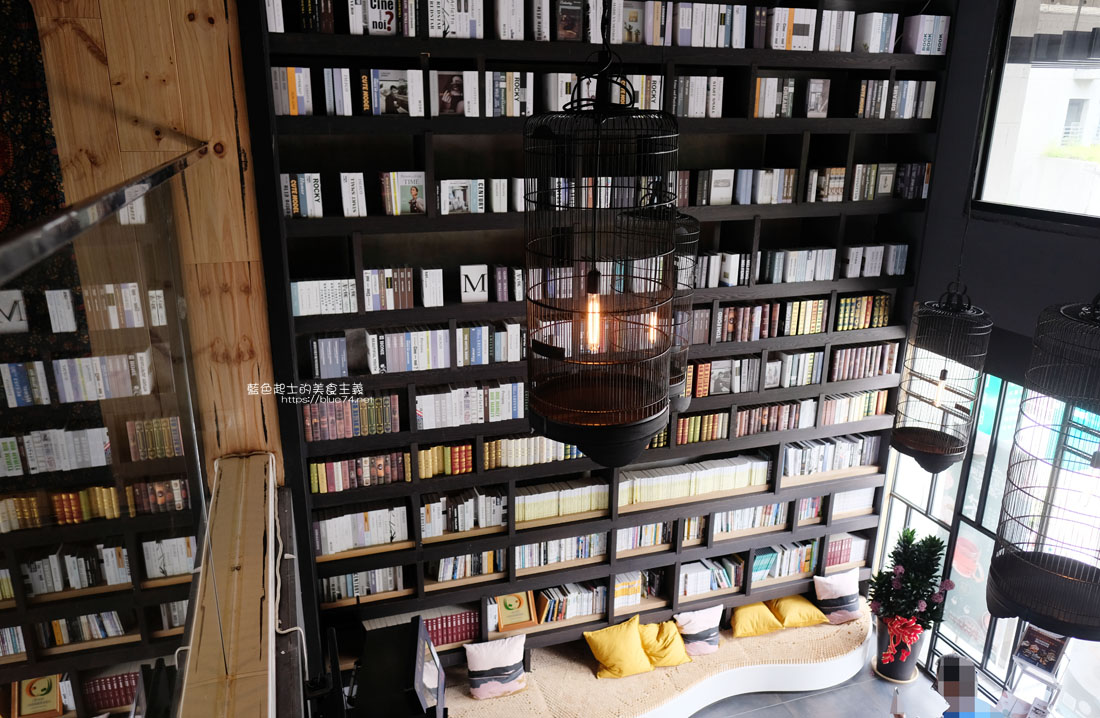 20200913012032 18 - 彩色曼陀羅咖啡|環境不錯,打卡書牆好拍