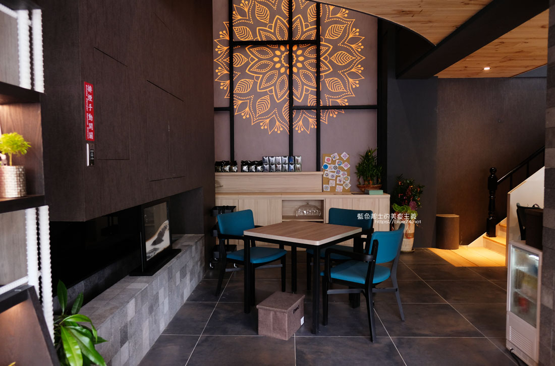 20200913012049 94 - 彩色曼陀羅咖啡|環境不錯,打卡書牆好拍