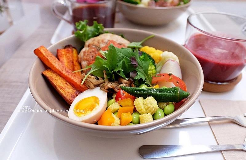 【台中西區】BOWL Fast Slow Food-純白色系裝潢綠意植物,明亮庭院好拍又舒適,用心手作料理,清爽無負擔,一碗即一餐,勤美商圈
