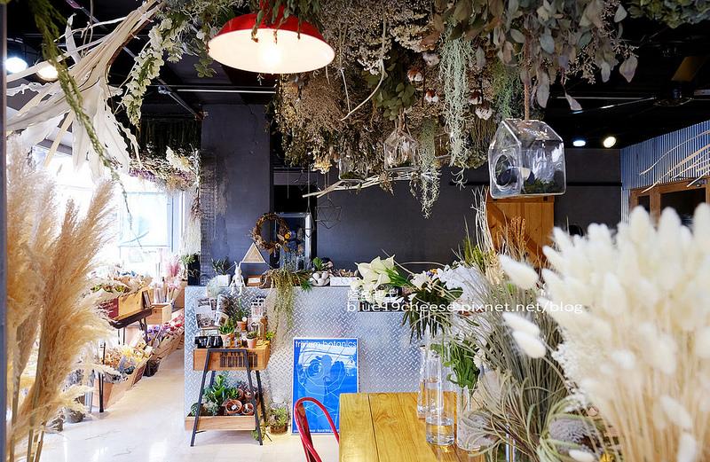 【台中西區】弎學植務所-台中也有唯美乾燥花店,提供預約下午茶、婚禮和空間植物佈置,還有人造花及手作課程,鞋全家福後方