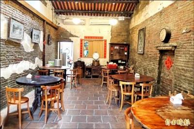 喜愛收藏台灣早期生活文物,周榮棠將百年老厝整修成餐廳。 (記者劉婉君攝)