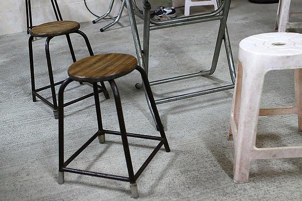 椅子也很簡單,塑膠椅及舊式木鐵椅