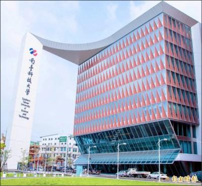 南臺科大斥資八億建造大門與生活機能館,成為該校新地標。 (記者林孟婷攝)