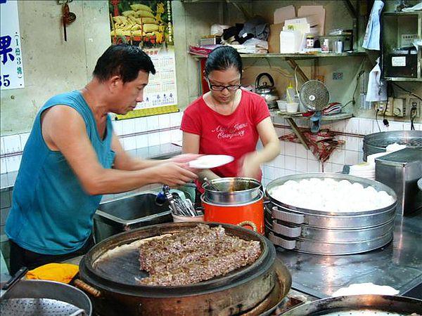 老闆與女兒,芋粿是將芋頭剉絲蒸熟後切成小塊在蒸籠內保溫