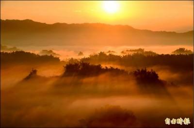二寮的日出吸引遊客上山攬勝。 (記者吳俊鋒攝)