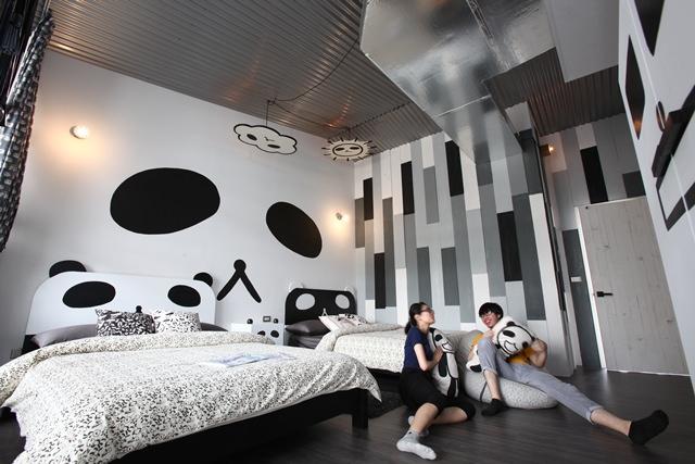 「熊貓國」客房到處是熊貓哥的搞怪變臉模樣。(攝影:游銘元)
