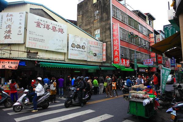 國華街與民族路口,排隊人潮.JPG