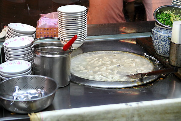 一整鍋芶芡的浮水魚羹,一賣50個年頭