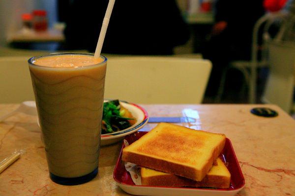 沙拉肉鬆土司、木瓜牛奶.JPG