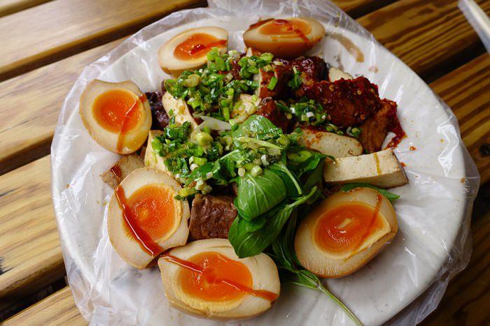 【桃園.大溪】- 老阿伯現滷豆干第二代.黃金蛋必點超好吃.大溪老街美食走透透