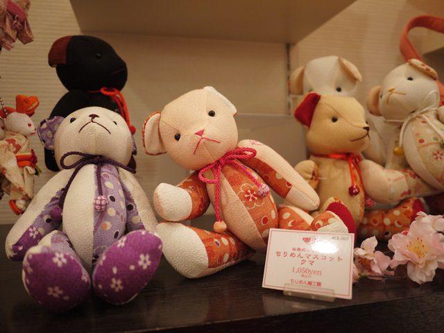 【13 春遊.櫻之關西 】- DAY2 京都必逛藝品店 「ちりめん細工館」我的櫻花熊好應景阿~~