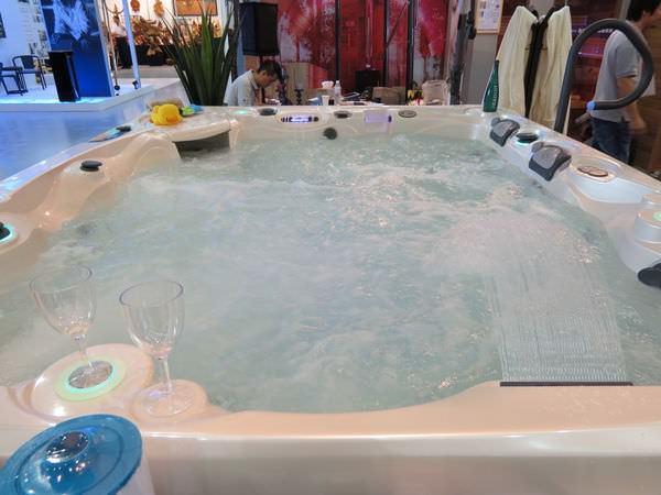 高雄展覽館, 浴缸