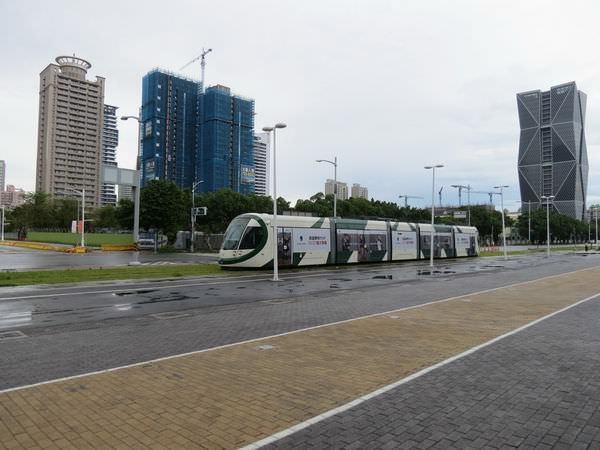 高雄展覽館, 輕軌列車