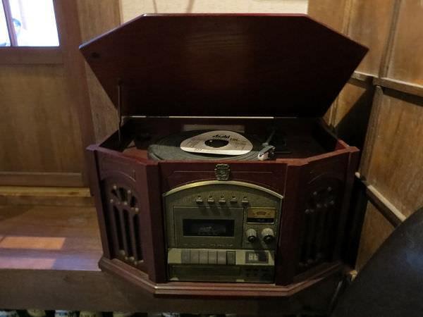 照島再生酒場, 裝潢, 古早唱片機