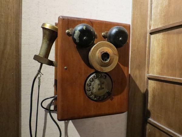 照島再生酒場, 裝潢, 古早電話