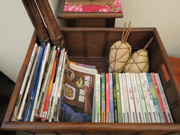 通化肉圓 , 裝潢, 圖書櫃