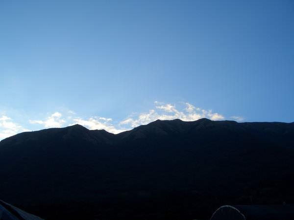 陽明山竹子湖 05-花圃背後的山,想拍陽光照下來的層次感