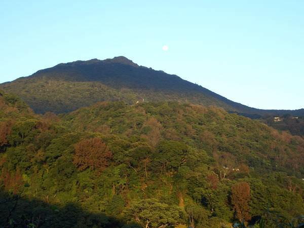 陽明山竹子湖 17-泉源路 山與月亮,喜歡陽光的層次感,與旁邊的大月亮