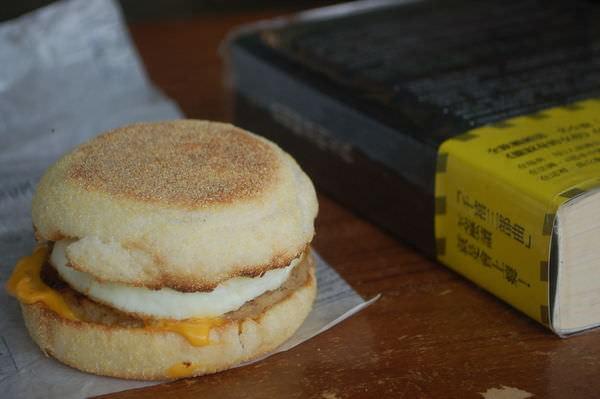 《直搗蜂窩的女孩》 V.S. 麥當勞 豬肉滿福堡加蛋