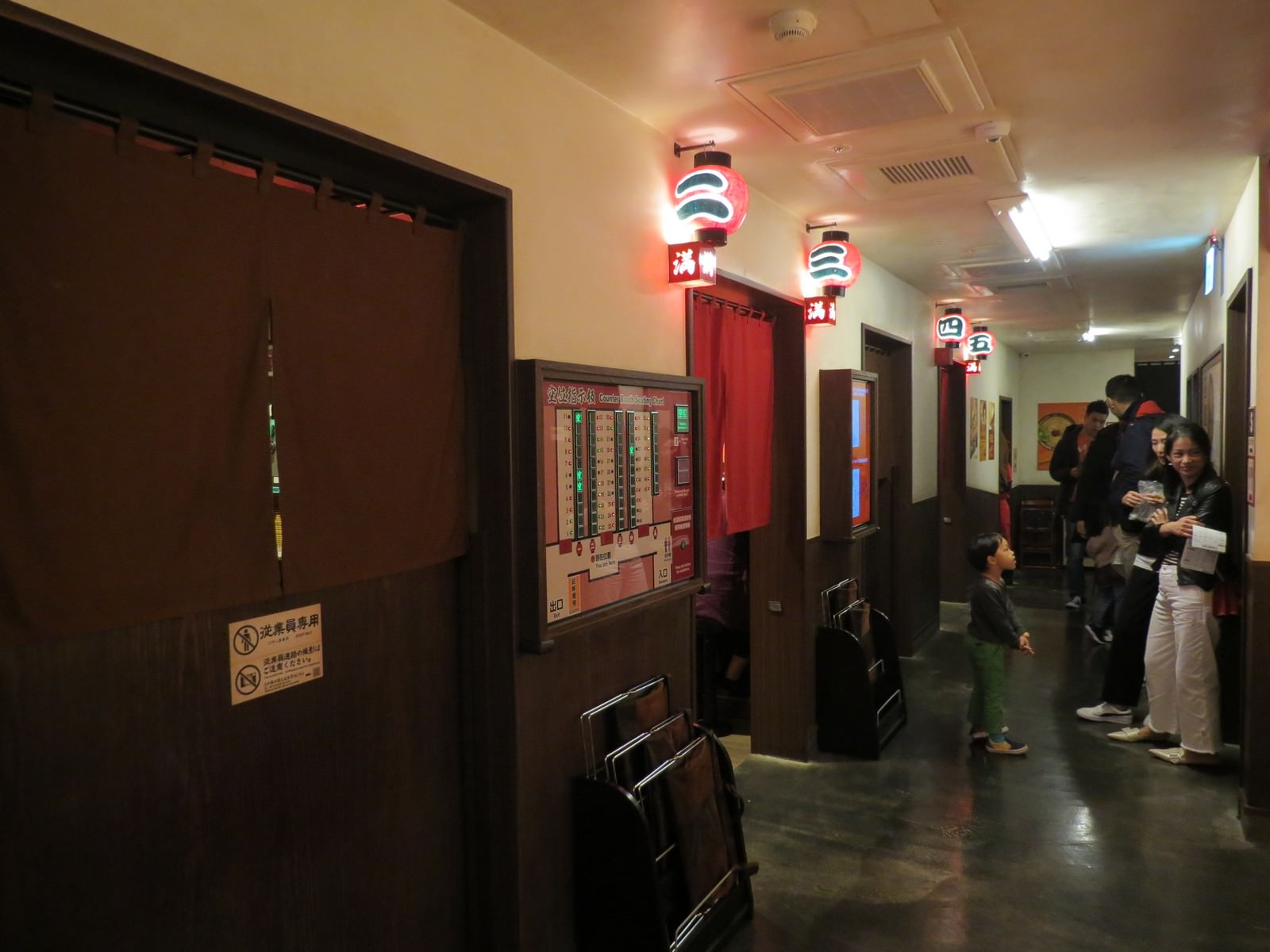 天然豚骨拉麵專門店一蘭@台灣台北本店別館, 裝潢佈置