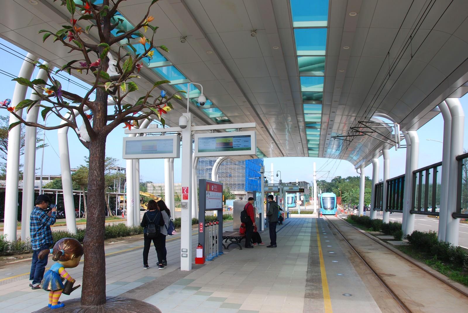 淡海輕軌綠山線, 輕軌崁頂站, 島式月台