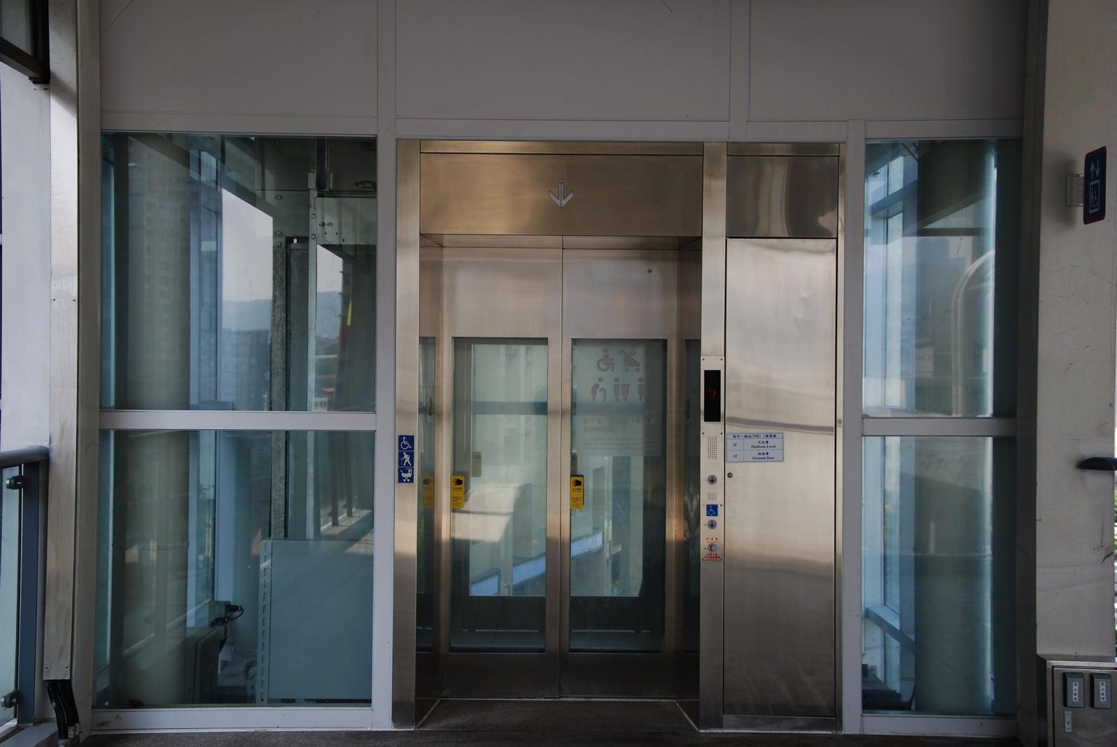 淡海輕軌綠山線, 輕軌新市一路站, 電梯