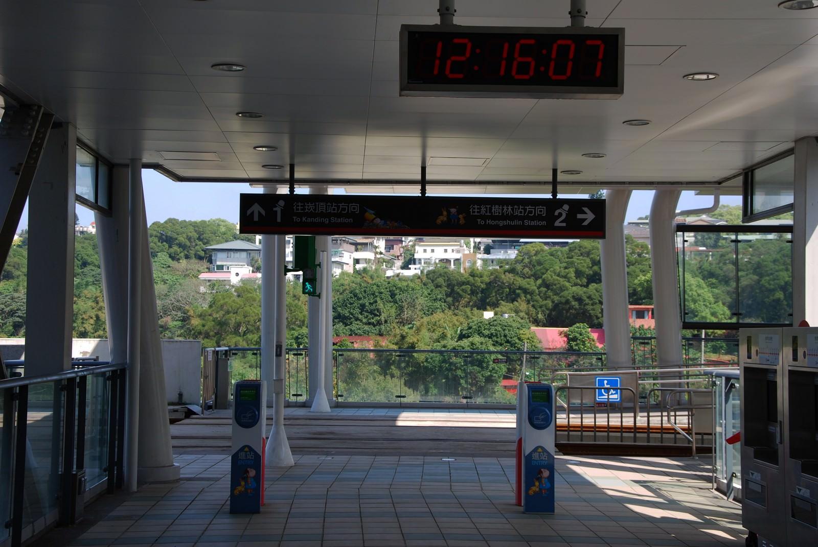 淡海輕軌綠山線, 輕軌新市一路站, 刷卡機