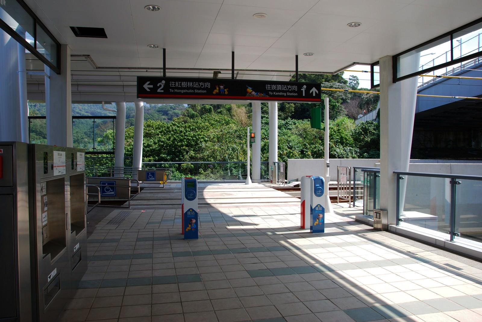 淡海輕軌綠山線, 輕軌淡金鄧公站, 刷卡機