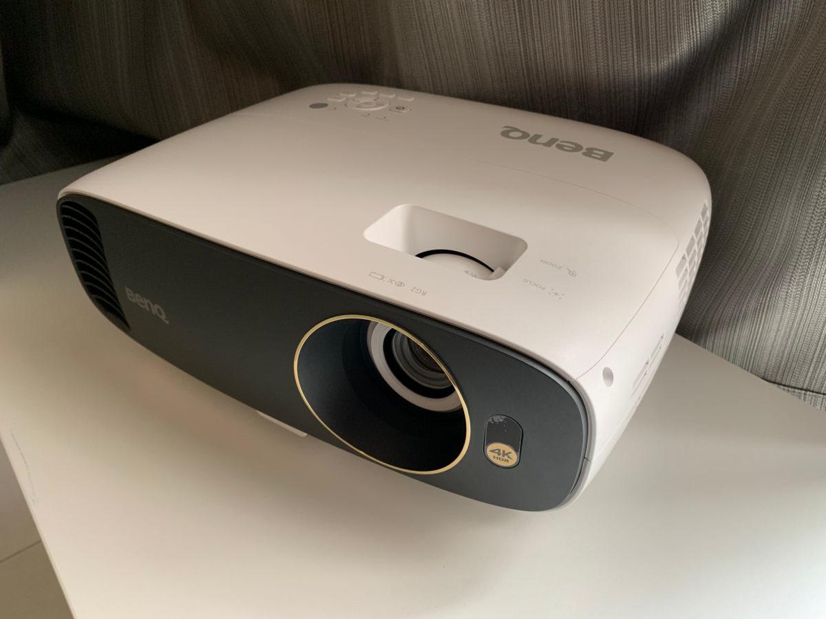 4K HDR 色準三坪機,BenQ W1700M 投影機:客廳、臥室都是我的家庭劇院┃開箱