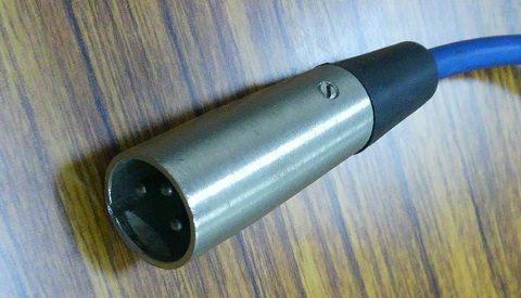 XLR平衡線插頭,就是圓圓的中間有三根線那種。
