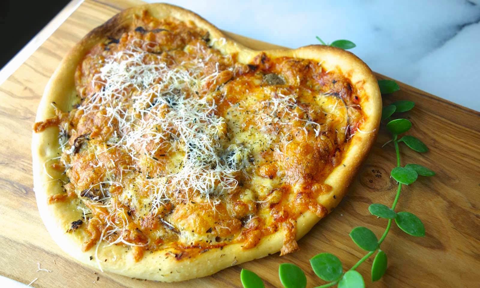 【 5 步驟上菜】快速做出浪漫心型披薩,正統義式薄脆披薩的做法,一定要學起來!