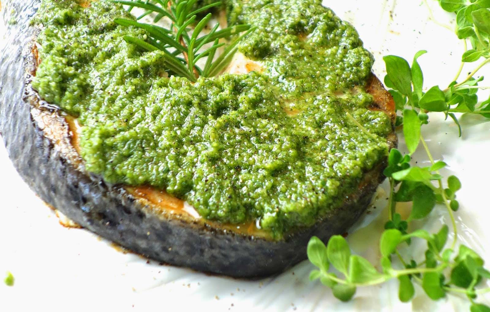 「鮭魚不要再只是乾煎了!」教你做華麗的嫩煎鮭魚佐松子青醬,多了這個小步驟鮭魚更鮮嫩!
