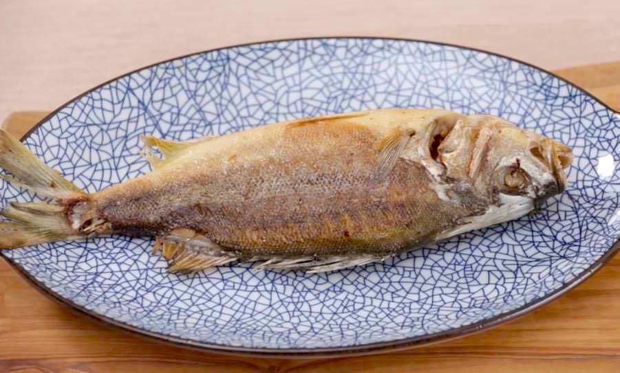 「如何用不鏽鋼鍋煎魚不沾鍋、不掉皮?」照著步驟做,新手也能煎出完整漂亮的魚!
