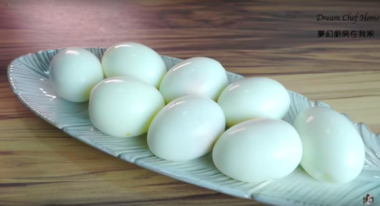 「如何用 3 秒快速剝蛋殼?」 免顧火用電鍋蒸水煮蛋,懶人必學小技巧!