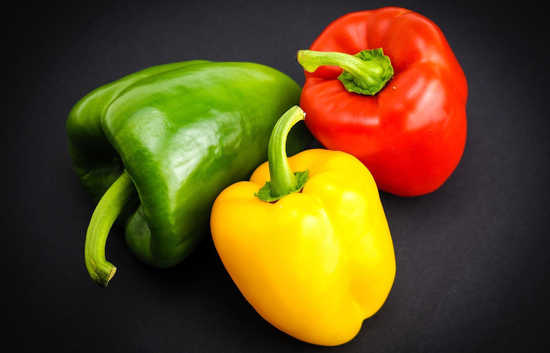 「青椒有分紅、黃、綠顏色到底差在哪?」這個料理小常識你一定要知道!