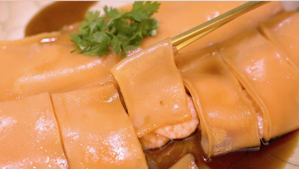 滑嫩咕溜的蝦仁腸粉,用米做Q滑腸粉皮 ,包裹著鮮嫩多汁的蝦仁,真是好好味呀!Steamed rice roll with shrimps