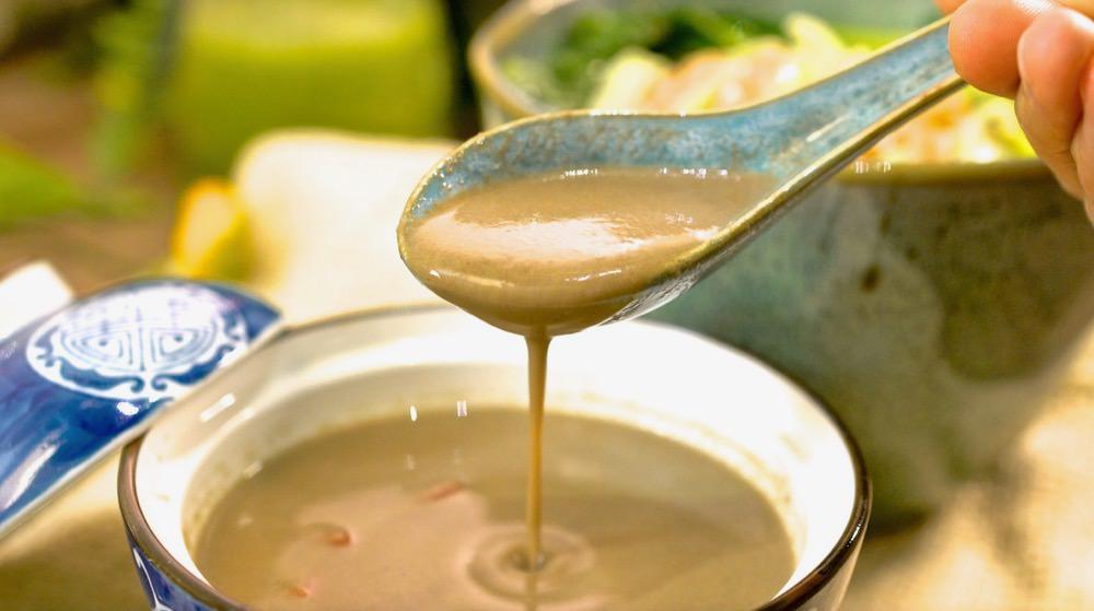 免吐骨的雞湯喝過嗎?四季都適合的養生湯品「黑蒜洋蔥烏骨雞湯」,連骨頭也吃下肚